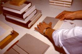 Clases de encuadernación, el arte en las manos